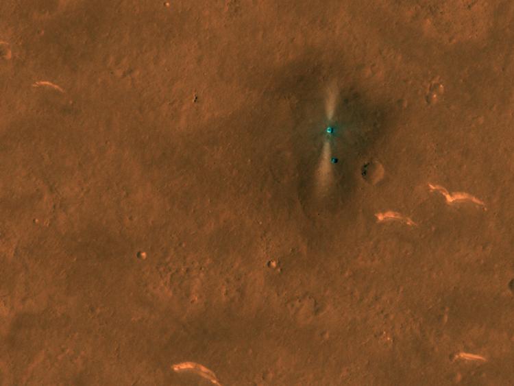 Trạm đổ bộ Thiên Vấn 1 và robot Chúc Dung (chấm nhỏ phía dưới) trong ảnh chụp của tàu MRO. Ảnh: NASA/JPL/Đại học Arizona.