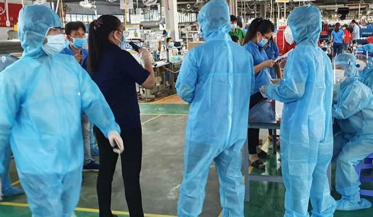 Lự lượng y tế lấy mẫu xét nghiệm tại Công ty Việt Nam Samho sáng nay. Ảnh: An Phương.