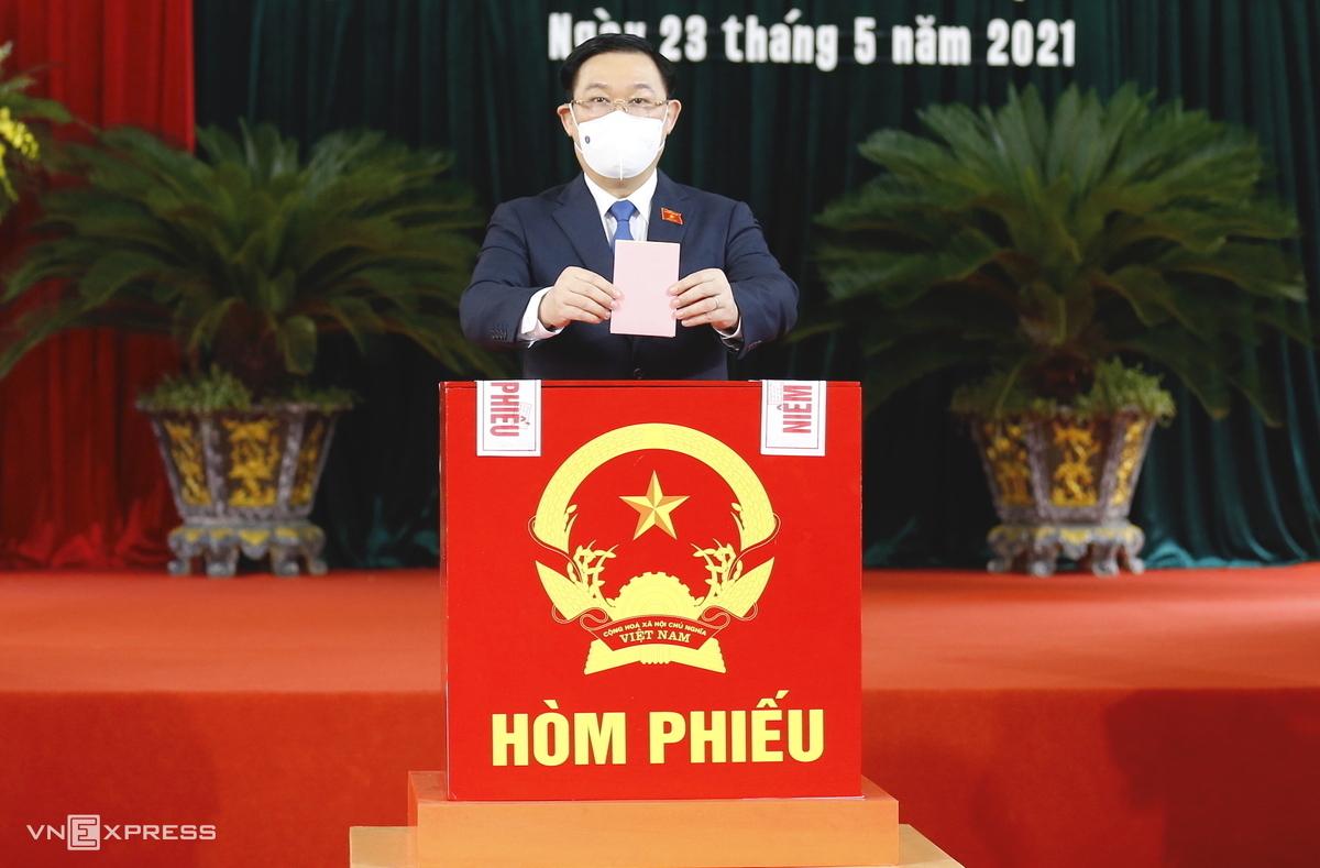 Chủ tịch Quốc hội Vương Đình Huệ bỏ phiếu tại Hải Phòng hôm 23/5. Ảnh: Hoàng Phong.