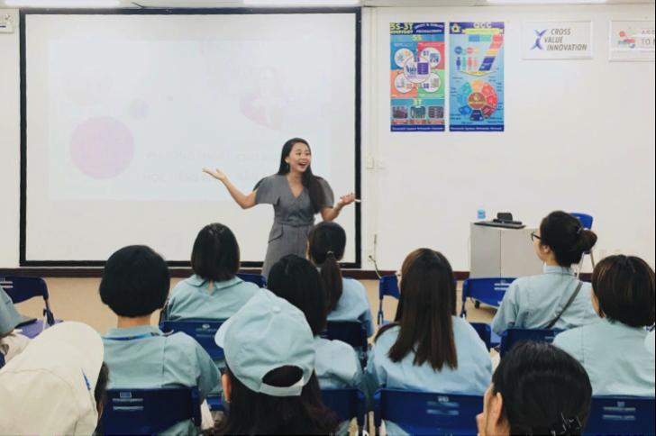 Ms Hoa đào tạo tiếng Anh cho đội ngũ nhân sự Panasonic.