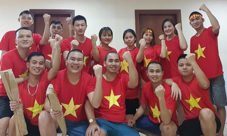 Cổ động viên Việt Nam ở Dubai mặc áo cờ đỏ sao vàng trước trận đấu với Indonesia tối 7/6. Ảnh: NVCC.