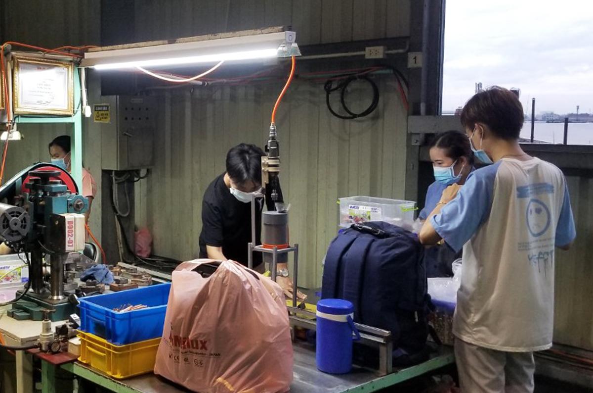 Công nhân thu dọn tư trang rời nhà máy sau 15 ngày ở tại nhà máy, chiều 11/6. Ảnh: Thanh Phổ.