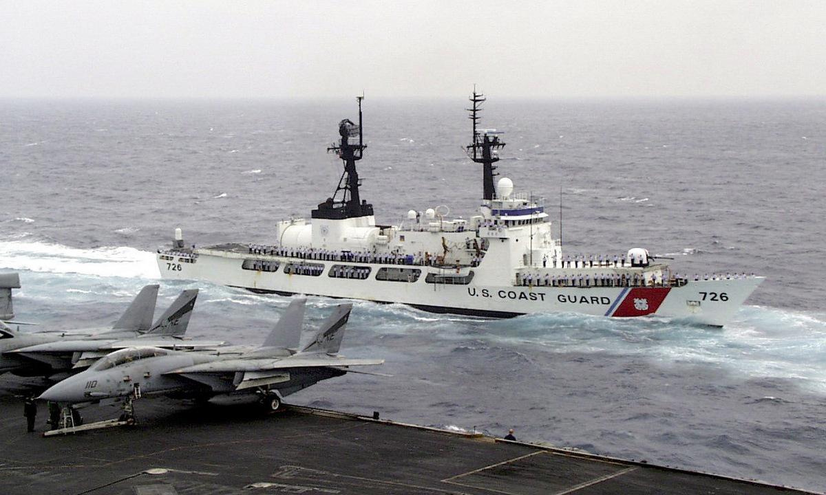 USCGC Midgett hộ tống tàu sân bay USS Constellation ngoài khơi Hàn Quốc năm 1999. Ảnh: US Navy.