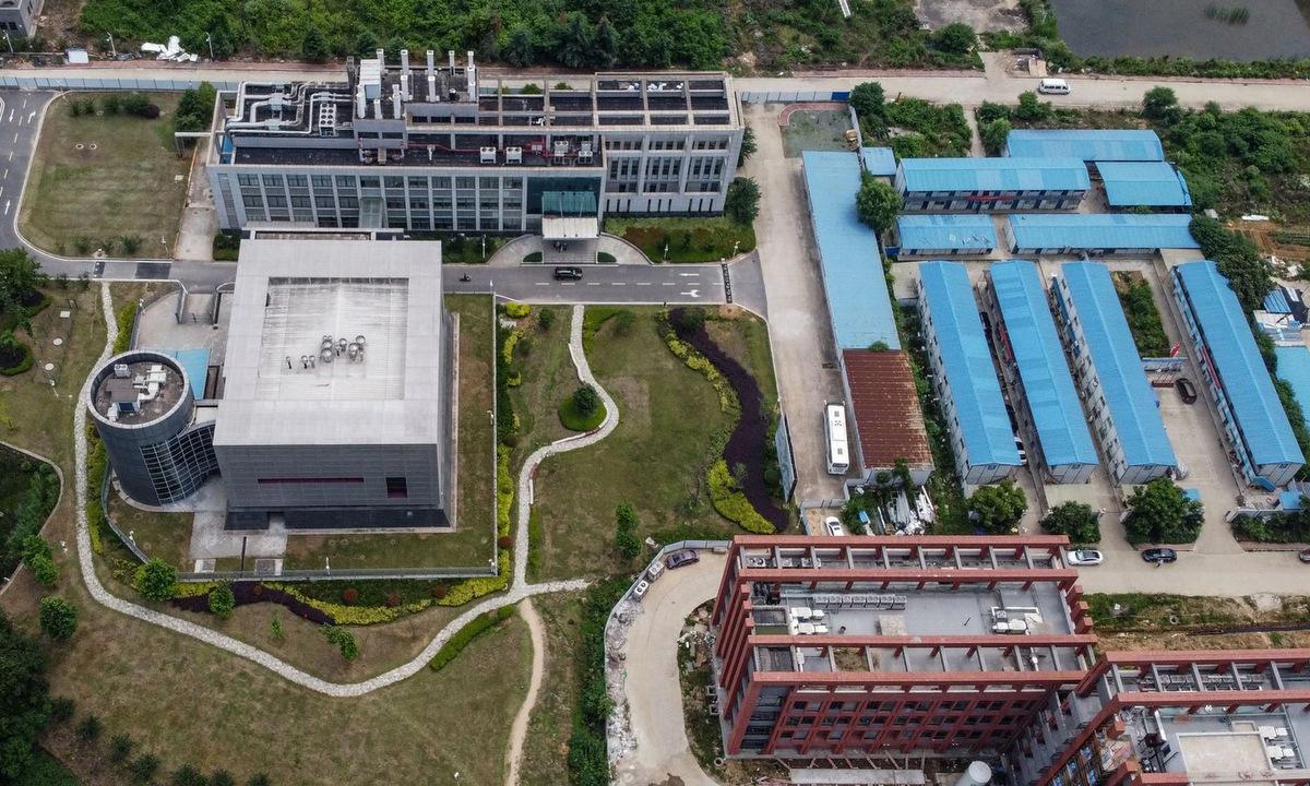 Phòng thí nghiệm BSL-4 (trái) trong khu nhà nghiên cứu của WIV. Ảnh: AFP.