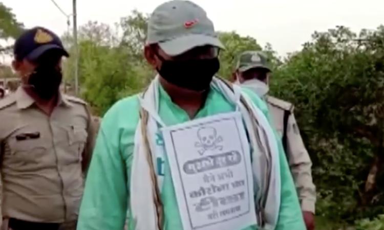 Biển cảnh báo đầu lâu xương chéo cho người dân chưa tiêm vaccine Covid-19 ở quận Niwari, bang Madhya Pradesh, Ấn Độ, hôm 10/6. Ảnh: Reuters.