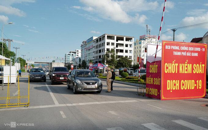 Chốt kiểm soát dịch ở TP Bắc Giang, nơi đang thực hiện giãn cách xã hội theo Chỉ thị 15. Ảnh: Ngọc Thành