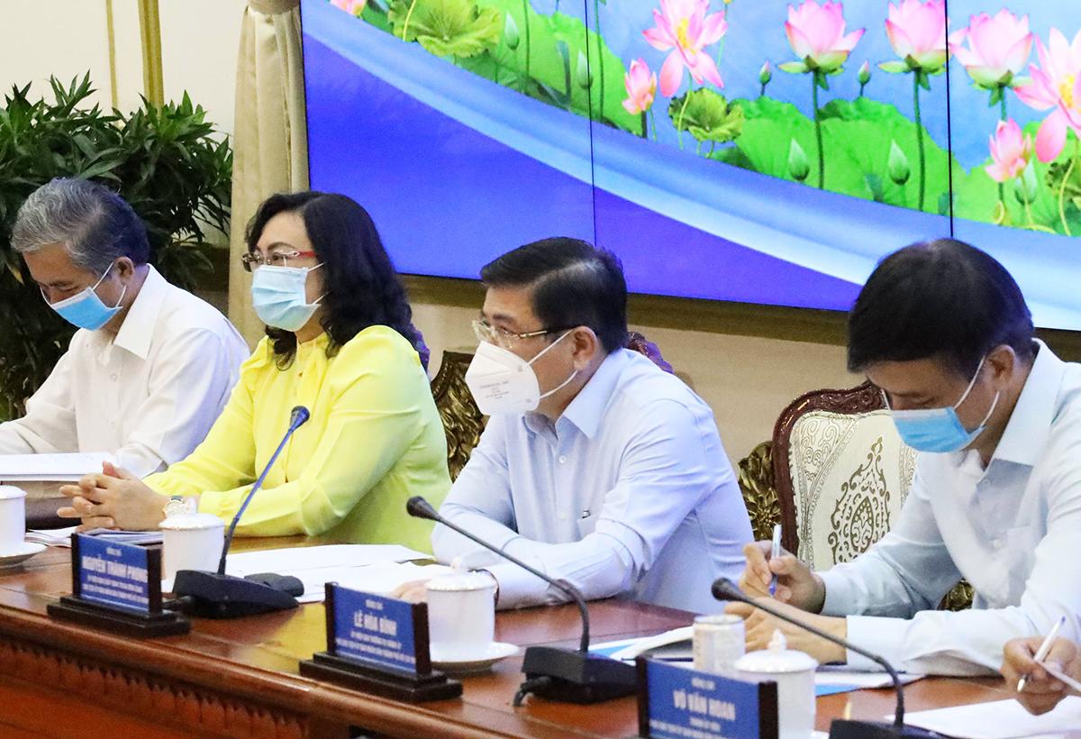 Chủ tịch UBND thành phố Nguyễn Thành Phong (thứ hai từ phải qua) chủ trì buổi làm việc, chiều 11/6. Ảnh: Trung tâm Báo chí TP HCM.