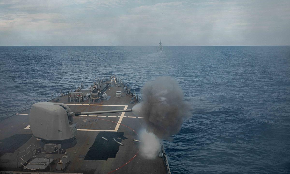 USS Curtis Wilbur bắn pháo trong đợt diễn tập chung với HMAS Ballarat hôm 6/6. Ảnh: US Navy.