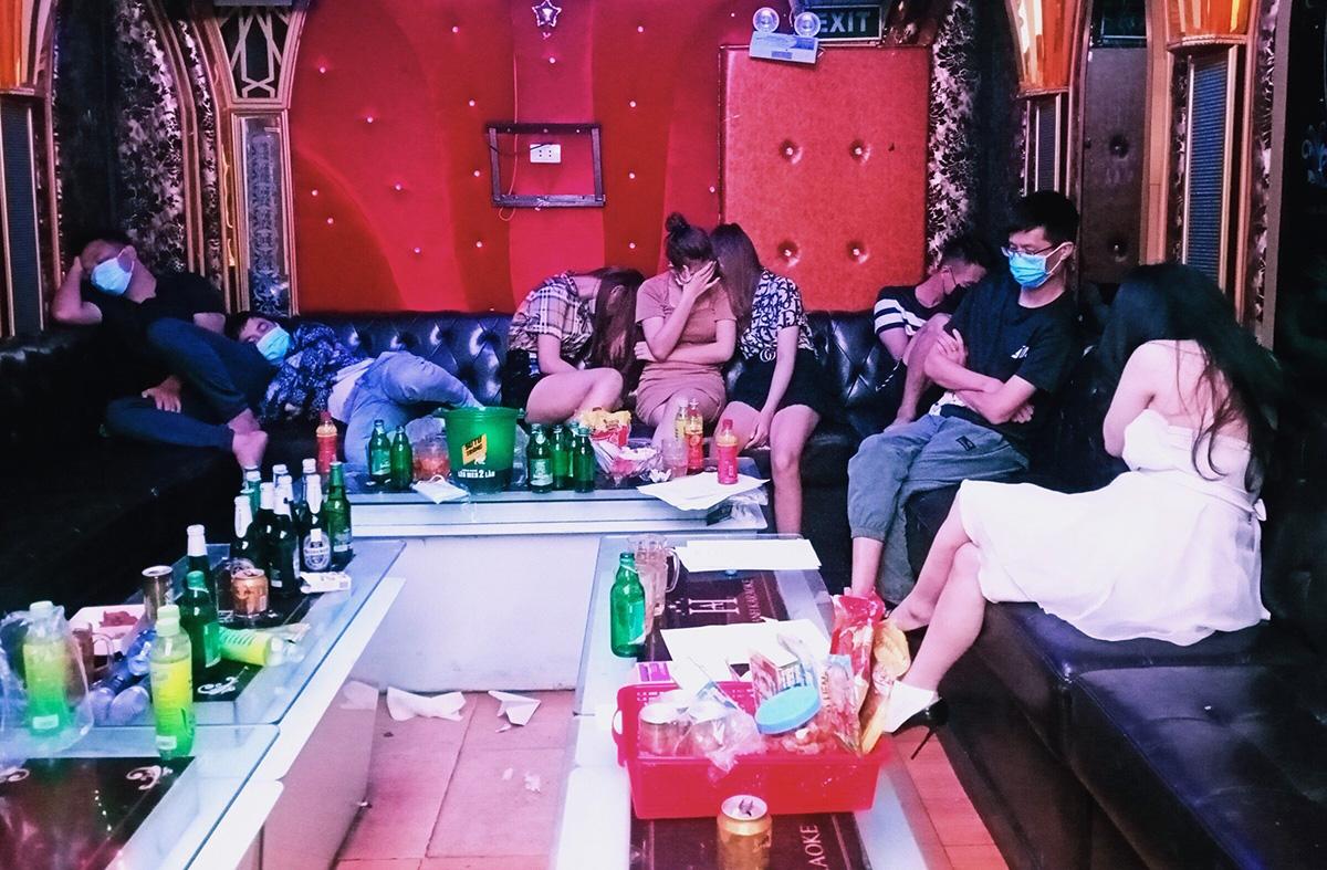 Dân chơi vào quán karaoke New tại xã Nam Sơn, huyện An Dương đặt phòng hát, sử dụng trái phép chất ma túy giữa mùa dịch bị Cơ quan CSĐT tội phạm về ma túy (Công an Hải Phòng) phát hiện, bắt quả tang. Ảnh: Công an cung cấp
