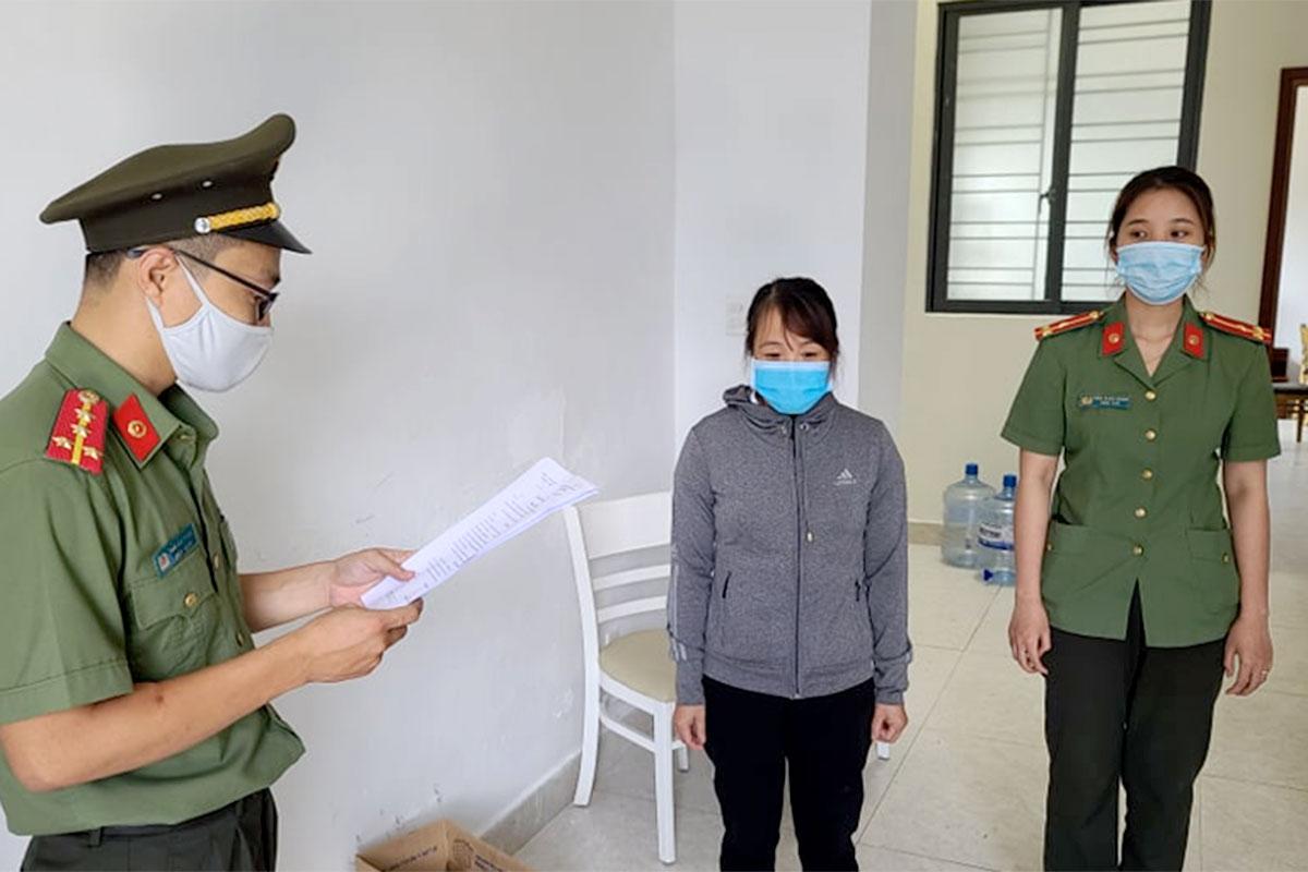 Nghi phạm Lê Thị Kim Anh nghe đọc lệnh bắt giam. Ảnh: Bảo Nam.