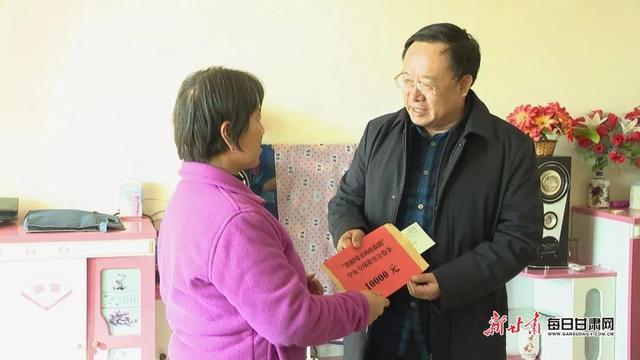 Bí thư huyện ủy Jingtai Li Zuobi (phải) tới thăm người dân địa phương hồi tháng 1/2020. Ảnh: Lujuba News.