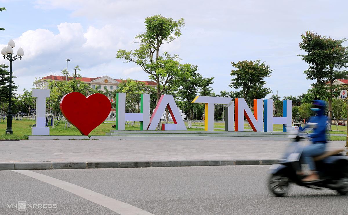 Quảng trường TP Hà Tĩnh, nơi gần các trụ sở cơ quan nhà nước của tỉnh. Ảnh: Đức Hùng