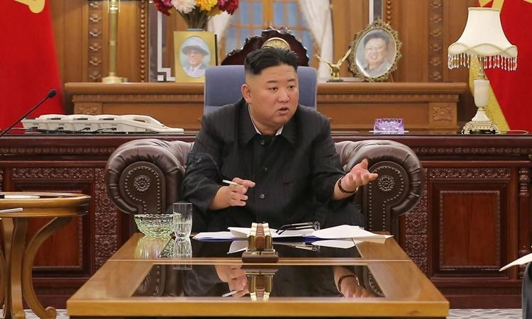 Bức ảnh không đề ngày tháng do hãng thông tấn KCNA công bố hôm 8/6 cho thấy lãnh đạo Triều Tiên Kim Jong-un tham dự một cuộc họp ở Bình Nhưỡng. Ảnh: KCNA.