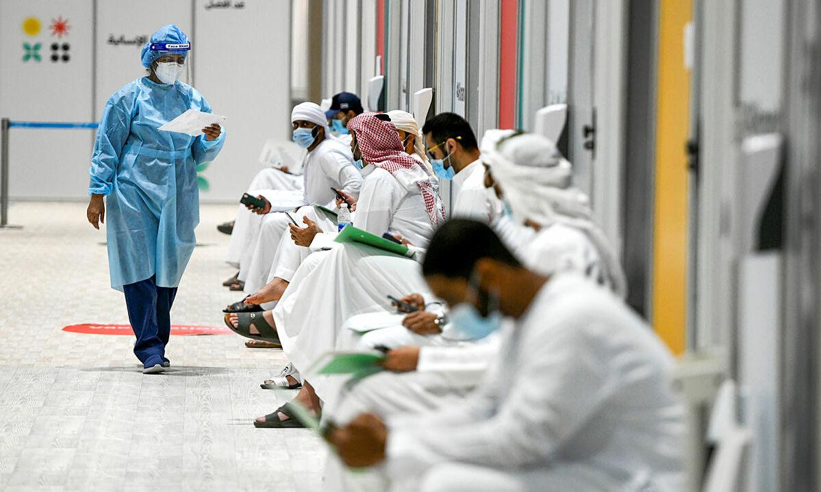 Tình nguyện viên thử nghiệm lâm sàng vaccine Sinopharm tại UAE tháng 10/2020. Ảnh: Reuters.