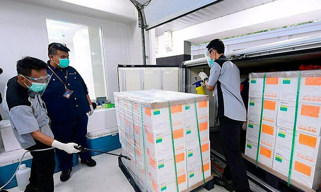 Nhân viên y tế Indonesia nhận vaccine Covid-19 thử nghiệm từ Trung Quốc vào năm 2020. Ảnh: AP.