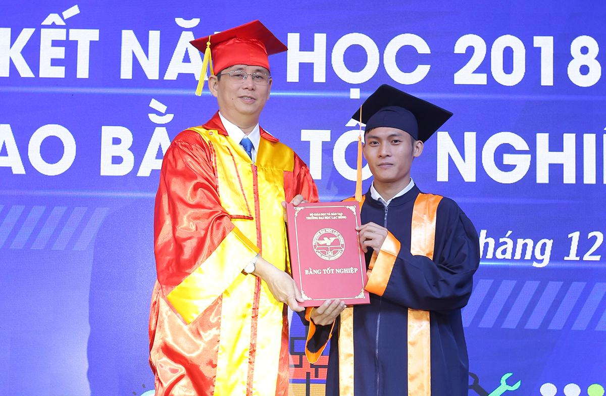 Thầy Hiền trong một lần trao bằng tốt nghiệp cho sinh viên. Ảnh: Thái Hà