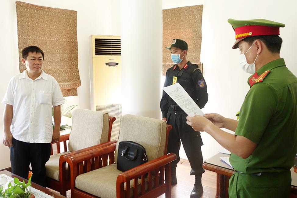 Ông Ngô Văn Thu nghe đọc lệnh bắt tạm giam. Ảnh: Công an cung cấp.
