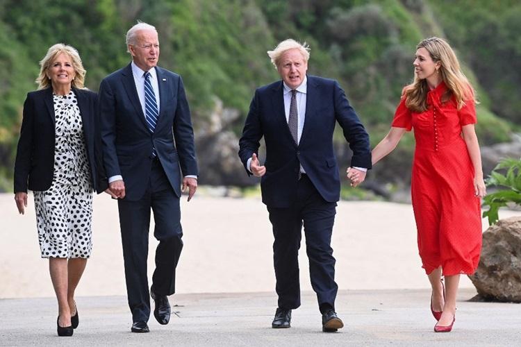 Vợ chồng Tổng thống Mỹ Joe Biden (trái) và Vợ chồng Thủ tướng Anh Boris Johnson gặp nhau bên một bờ biển ở Cornwall, tây nam nước Anh, hôm 10/6. Ảnh: AFP.