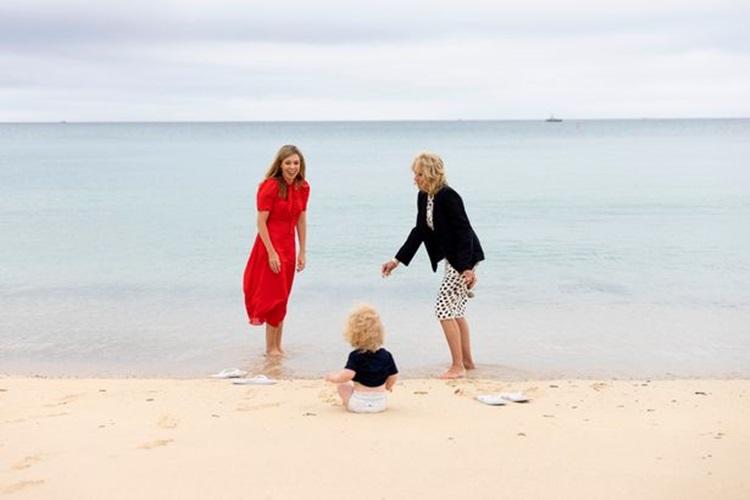 Bà Biden và bà Johnson vui đùa cùng cậu bé Wilfred trên bãi biển. Ảnh: Văn phòng Thủ tướng Anh.