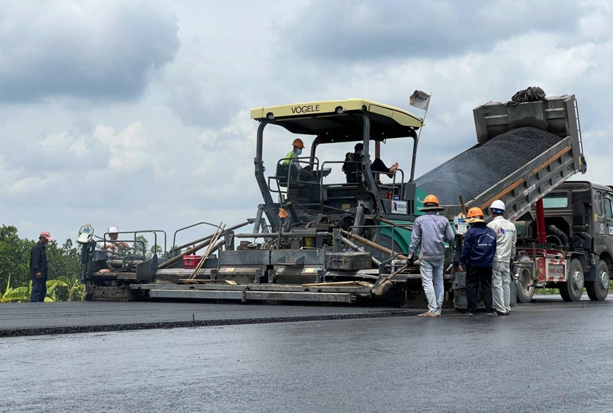 Hiên dự án cao tốc Trung Lương - Mỹ Thuận đã triển khai thi công 31/36 gói thầu xây lắp, trong ảnh xe chuyên dụng đang thảm nhựa mặt đường. Ảnh: Hoàng Nam