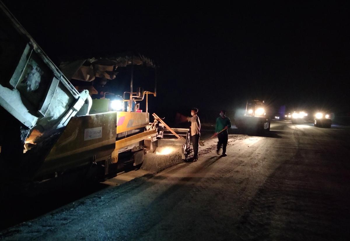Công nhân thi công xuyên đêm tại gói thầu XL01B tối 10/6.  Ảnh: Hoàng Nam