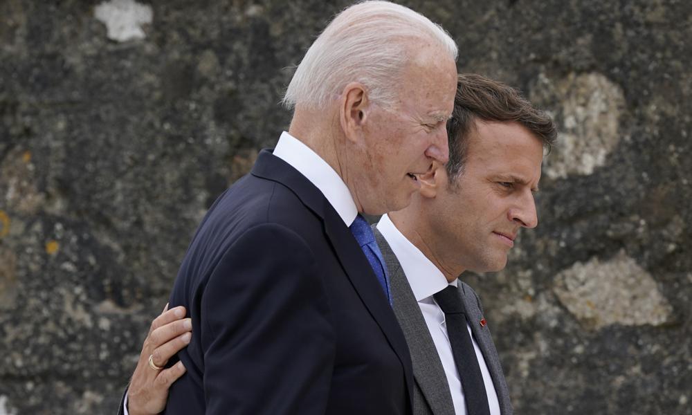 Tổng thống Pháp Emmanuel Macron (phải) và Tổng thống Mỹ Joe Biden tại hội nghị G7 ở Cornwall, Anh ngày 11/6. Ảnh: Reuters.