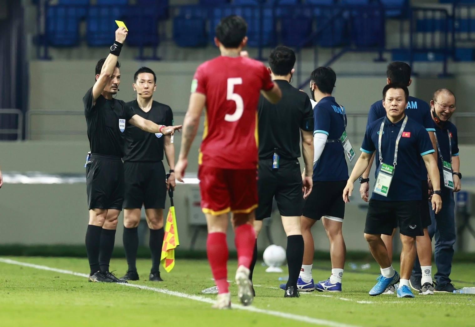 HLV Park nhận thẻ vàng từ trọng tài Sato Ryuji, sau khi phản ứng trong trận đấu Malaysia trên sân Al Maktoum. Ảnh: Lâm Thoả.
