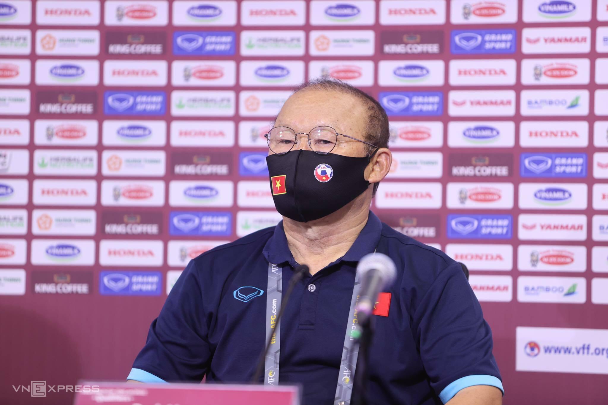 HLV Park Hang-seo trả lời họp báo sau trận thắng Malaysia ở vòng loại World Cup 2022 tối 11/6. Ảnh: Lâm Thoả.