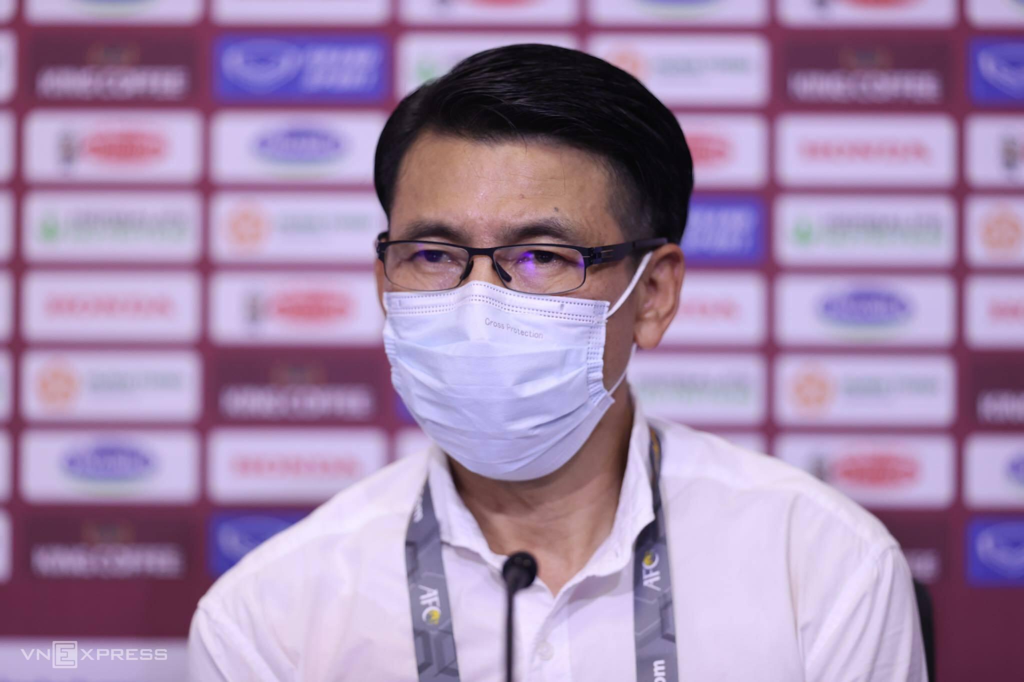 HLV Tan Cheng Hoe không giấu nét buồn khi họp báo sau trân thua tuyển Việt Nam 1-2 trên sân Al Marktoum, Dubai hôm 11/6. Ảnh: Lâm Thoả