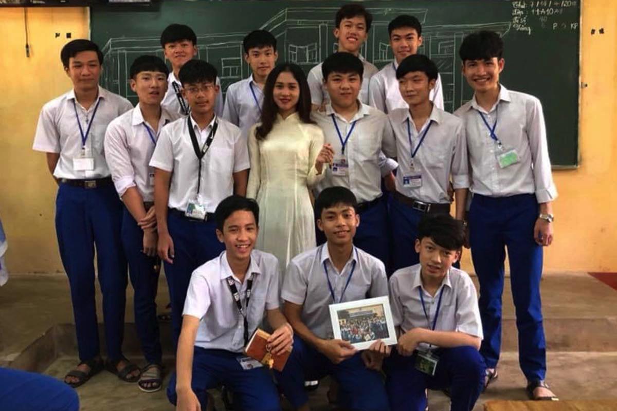 Cô Vi cùng học trò của mình ở Phân hiệu trường PTDTNT tỉnh ở huyện Ia HDrai. Ảnh: Nhân vật cung cấp