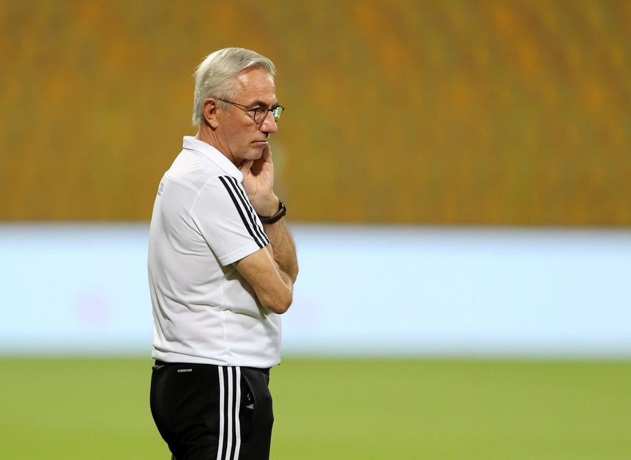 HLV Van Marwijk trầm tư bên đường biên trong trận thắng Indonesia 4-0 hôm 11/6. Ảnh: Gulf News