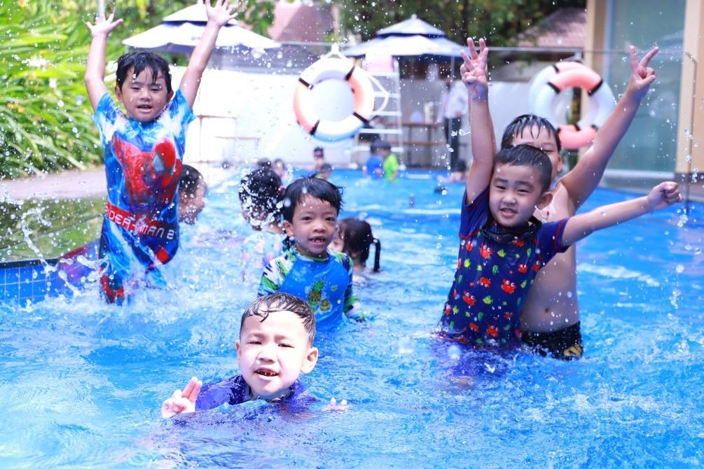 Học sinh Asian School trong giờ bơi tại trường.