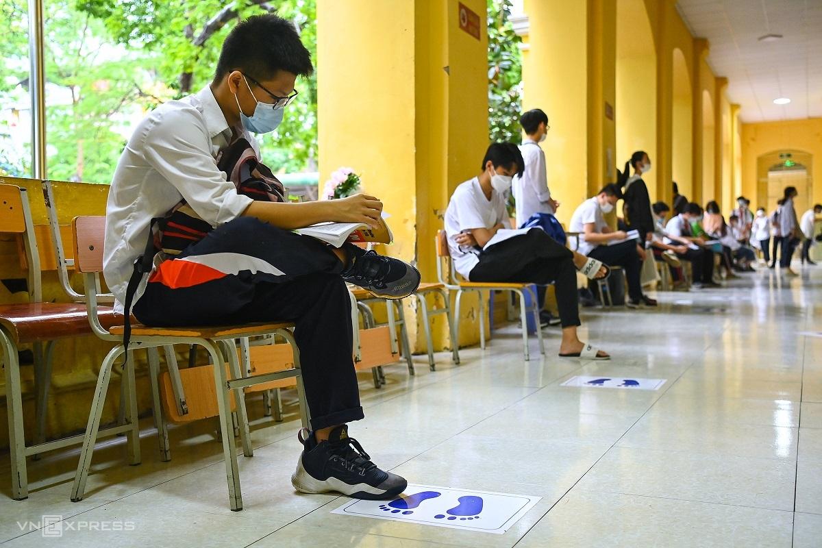 Thí sinh tranh thủ ôn bài trước buổi thi Ngữ văn và Tiếng Anh, sáng 12/6. Ảnh: Giang Huy
