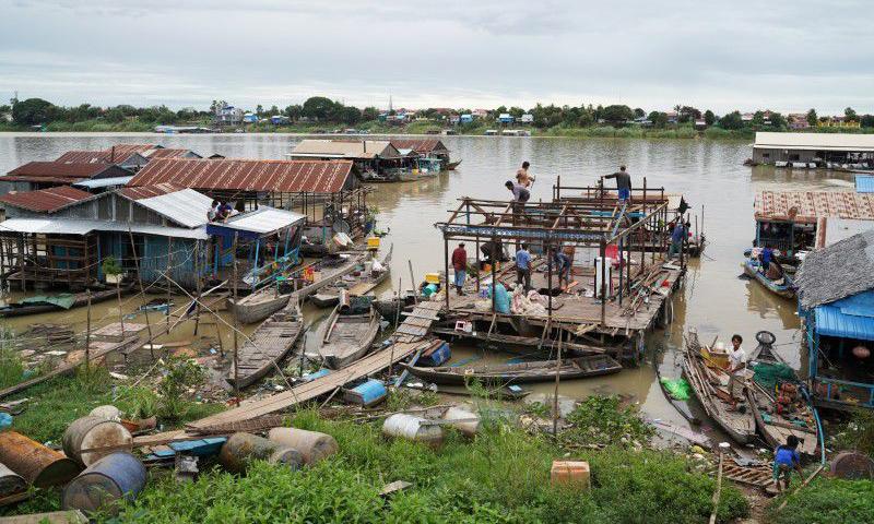 Người dân dỡ nhà nổi của họ bên Biển Hồ tại huyện Prek Pnov, Phnom Penh, Campuchia, hôm nay. Ảnh: Reuters.
