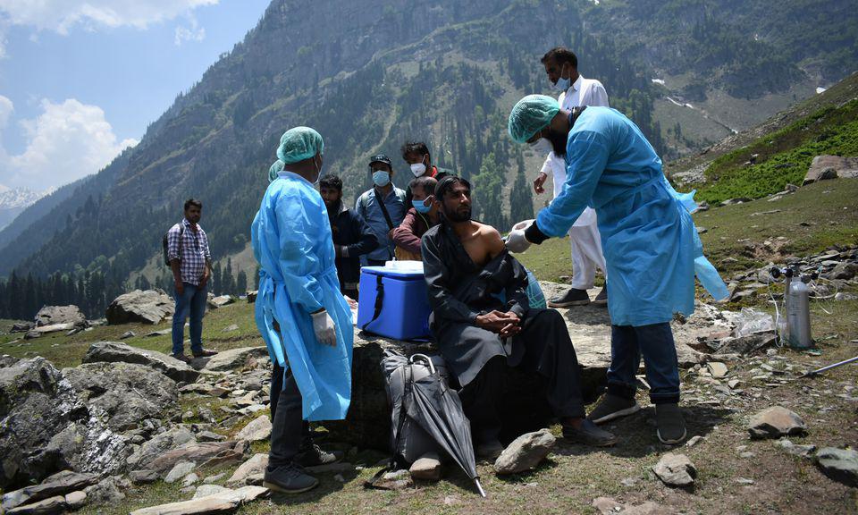 Nhân viên y tế Ấn Độ tiêm vaccine Covid-19 cho người chăn cừu tại Anantnag, phía nam Kashmir, hôm 10/6. Ảnh: Reuters.