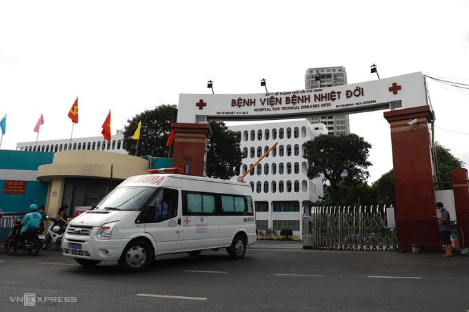 Bệnh viện Bệnh nhiệt đới TP HCM bị phong tỏa, chiều 12/6. Ảnh: Hữu Khoa
