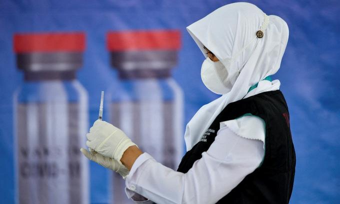 Nhân viên y tế Indonesia chuẩn bị liều vaccine Sinovac tại tỉnh Banda Aceh hôm 7/6. Ảnh: AFP.