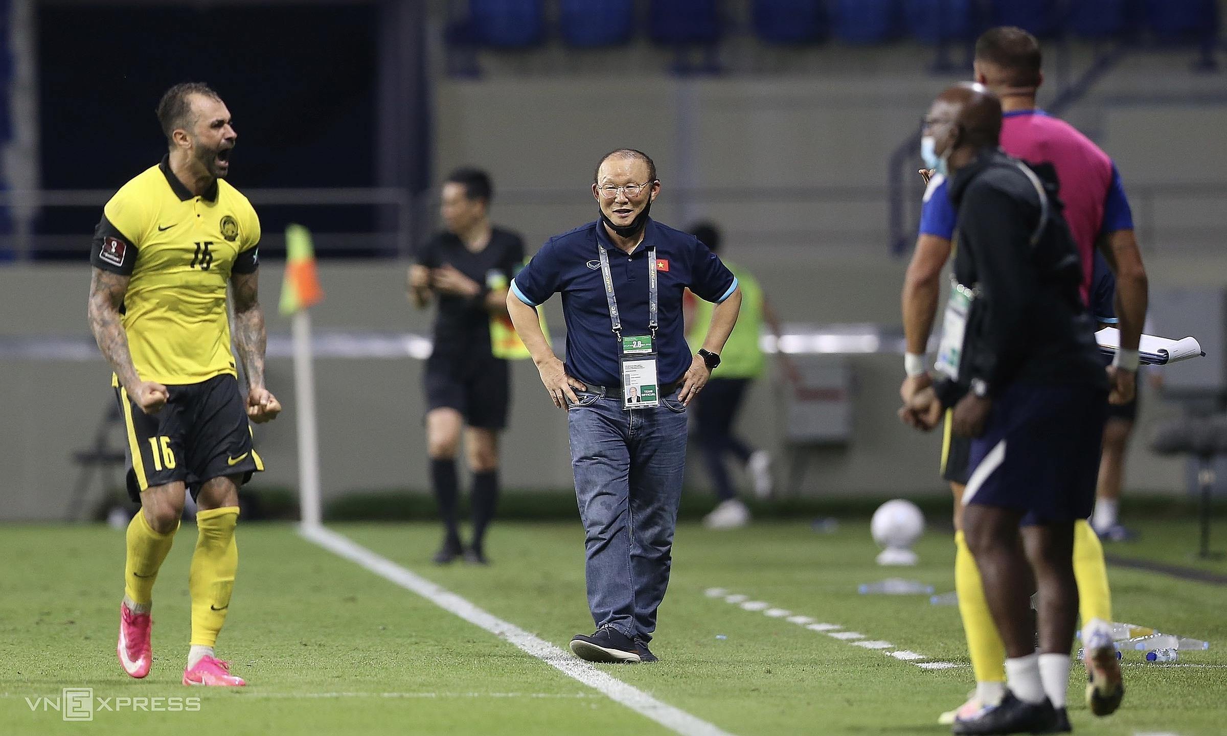 Pelatih Park Hang-seo tenang setelah De Paula menyamakan kedudukan untuk Malaysia.  Foto: Lam Thoa