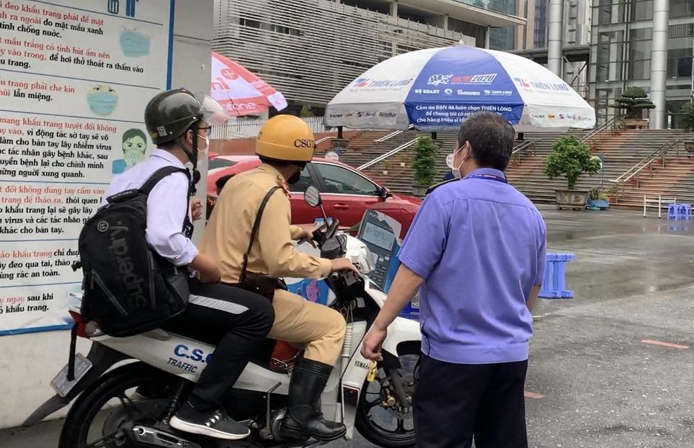 Thí sinh được cảnh sát giao thông đưa đến điểm thi. Ảnh: Huy Mạnh.