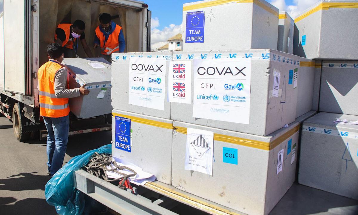 Nhân viên vận chuyển lô vaccine Covid-19 của Covax tại sân bay ở Antananarivo, Madagascar hồi đầu tháng 5. Ảnh: AFP.