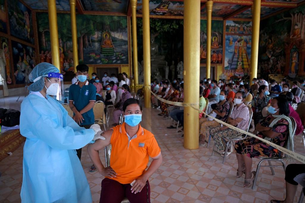 Người dân tiêm chủng vaccine Covid-19 tại một ngôi chùa ở tỉnh Kandal hôm 10/6. Ảnh: AFP.