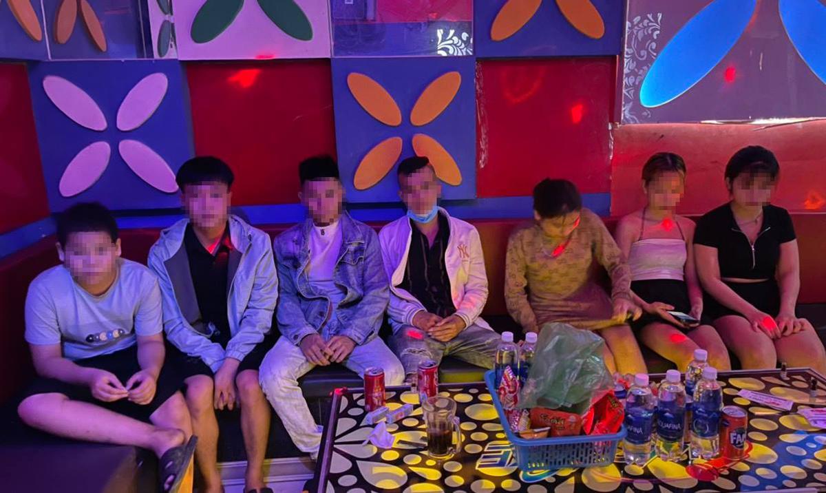 Bảy người ở phòng hát 305, quán karaoke Vip. Ảnh: Công an cung cấp.