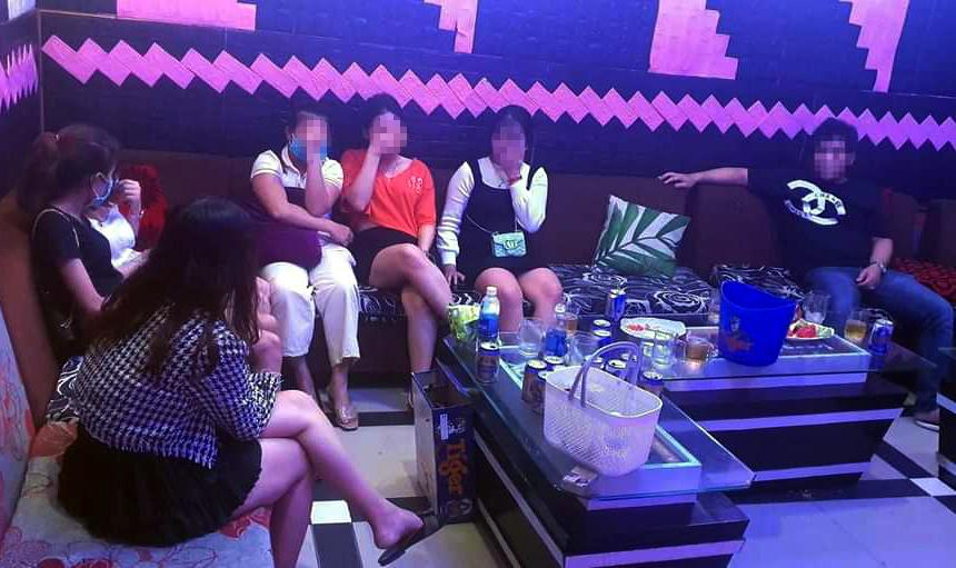 Những thuê phòng hát tại karaoke VBOX. Ảnh: Công an cung cấp.