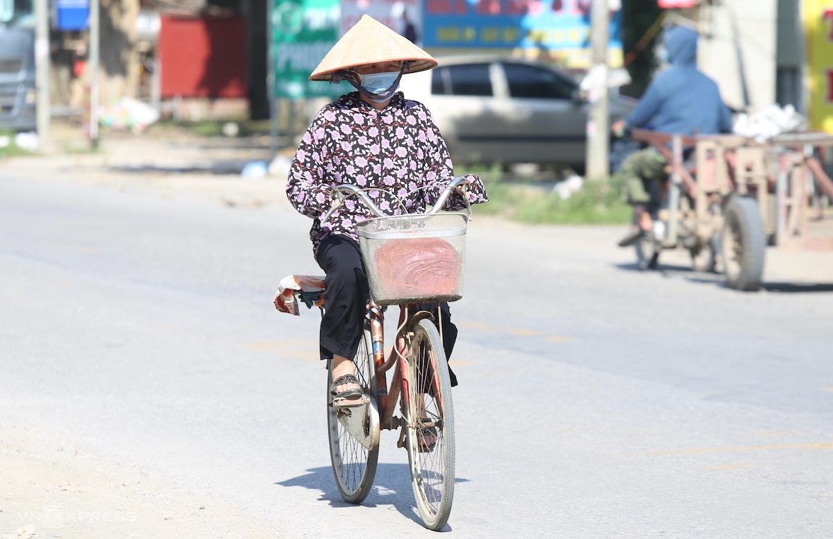 Người dân đi dưới nắng nóng ngày 30/5. Ảnh: Gia Chính