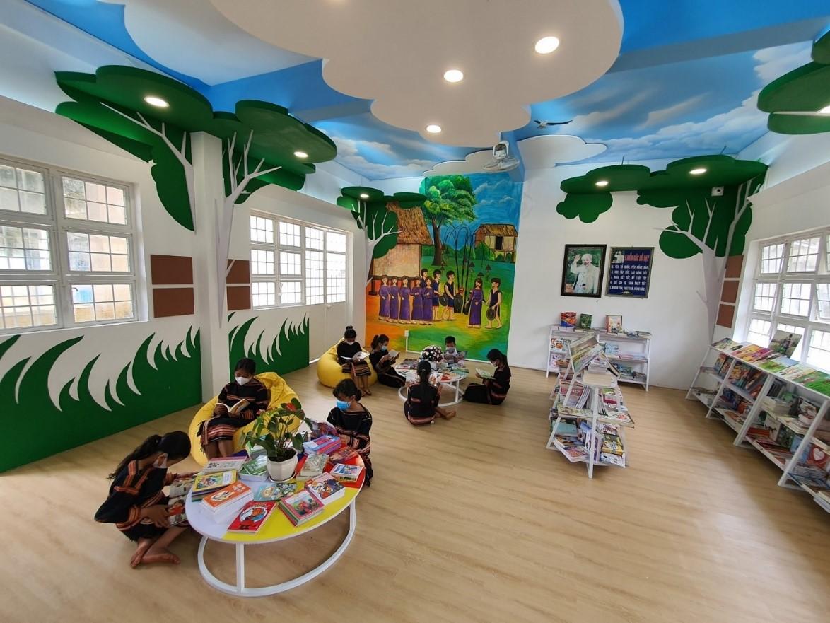 Không gian đọc sách với nhiều trang thiết bị hiện đại dành cho các em học sinh địa phương.