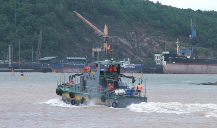 Tàu cứu hộ của bộ đội biên phòng đang tìm kiếm hai ngư dân gặp nạn. Ảnh: Lam Sơn.
