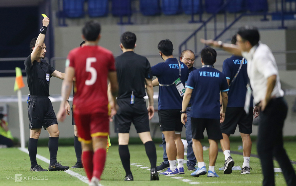 "Coach Park Hang-seo ได้รับใบเหลืองเมื่อเขาโต้เถียงกับผู้เล่นชาวมาเลเซียเมื่อพวกเขาทำฟาวล์ Hong Duy ในครึ่งหลัง  ภาพถ่าย: ""Lam Thua ."""