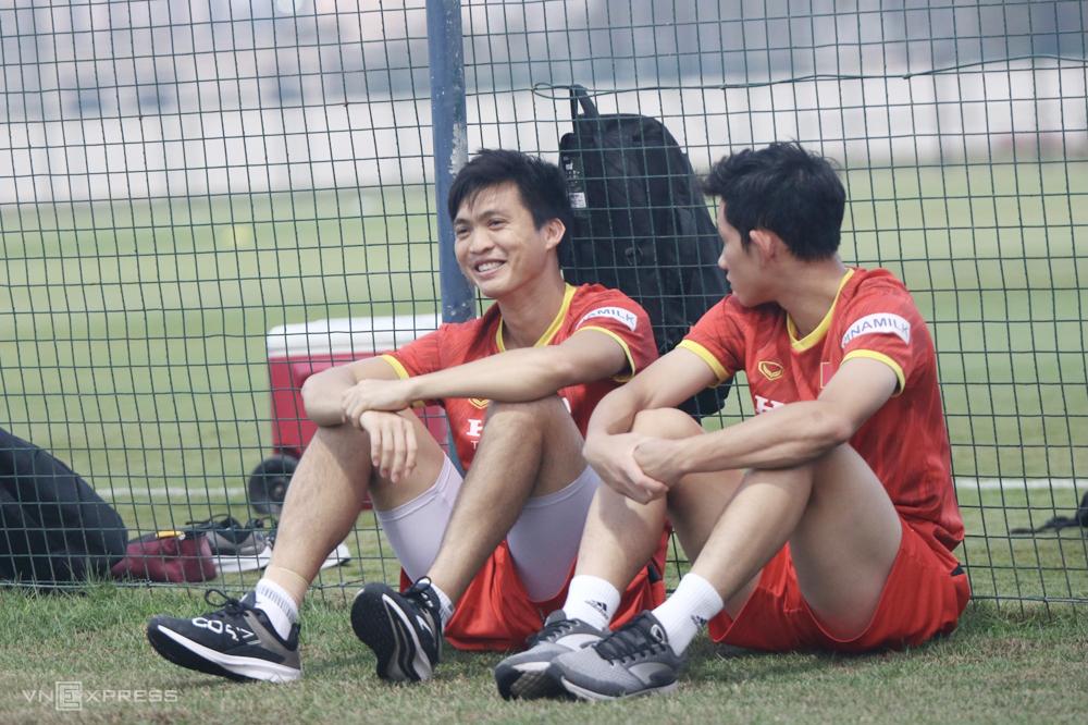 Nguyễn Tuấn Anh ngồi trò chuyện cùng cầu thủ trẻ Nguyễn Hai Long trong buổi tập ngày 12/6. Ảnh: Đoàn Huynh