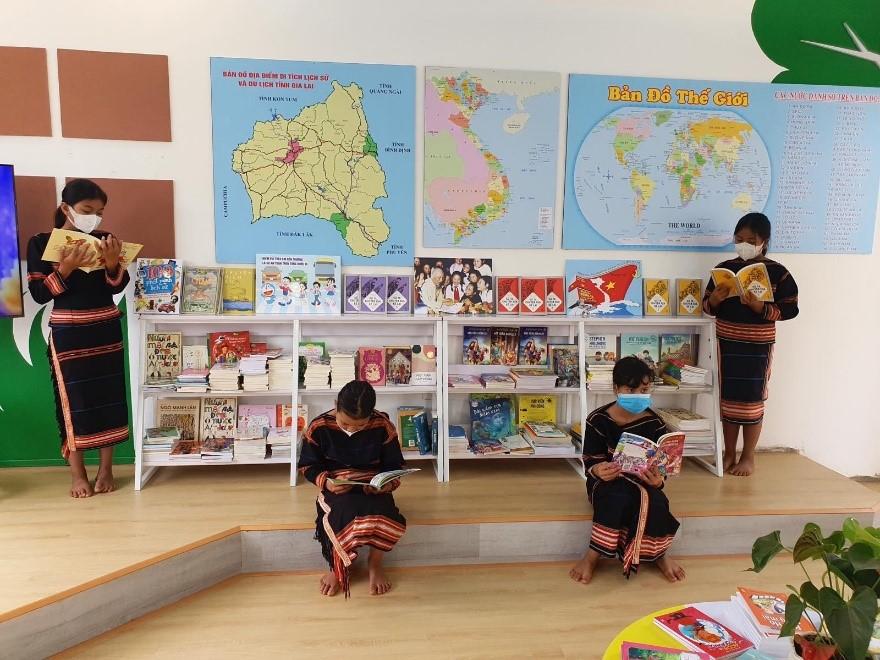 Các em học sinh Tiểu học Anh Hùng Núp chăm chú đọc sách trong không gian mới khánh thành.
