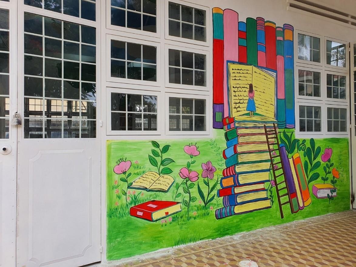 Những hình vẽ bên ngoài không gian Book-nest góp phần gia tăng sự yêu thích đọc sách của học sinh.